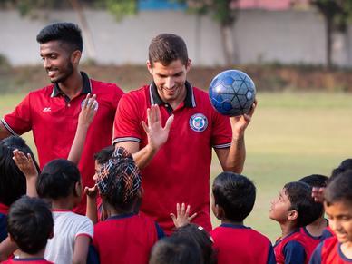 जेएफसी के स्टार खिलाड़ियों ने किया जमशेदपुर एफसी फुटबॉल स्कूल का दौरा, बच्चों के साथ फुटबॉल खेल सिखाए गुर
